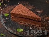 Рецепта Шоколадов чийзкейк без печене с блат от бисквити и сметана